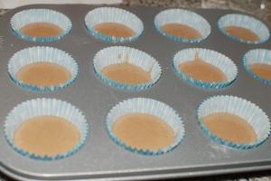 En los cupcakes pequeños rellenamos hasta la mitad de la cápsula.